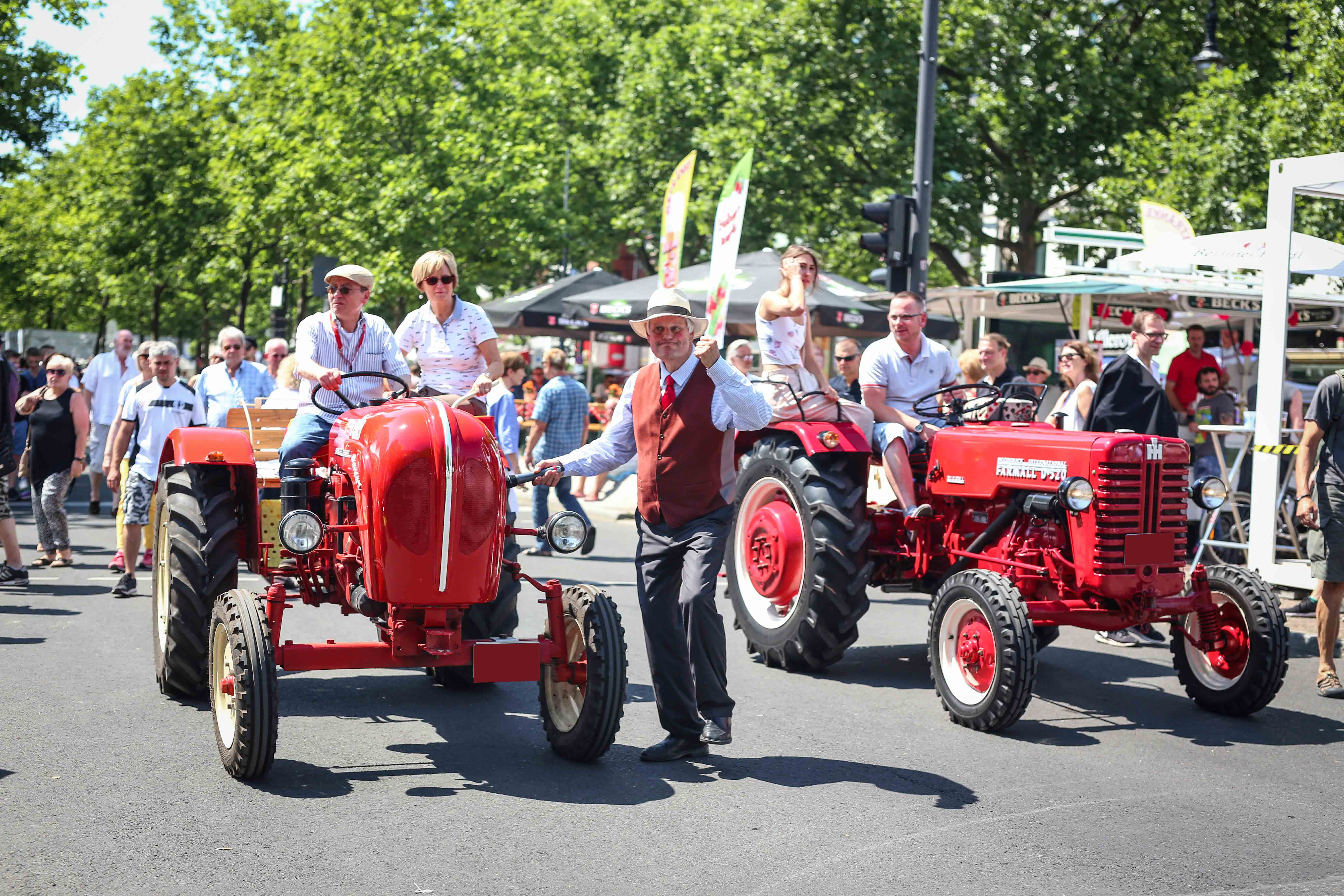 Besondere Oldtimer in rot
